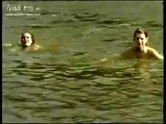 Gostosinhas andam peladinhas no rio