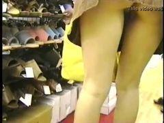Safada mostra demais na loja de sapatos