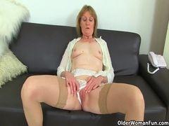 Coroa pelada masturba sua buceta depiladinha