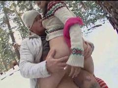Casal animado transando na neve