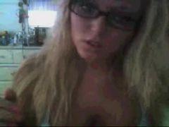 Loira nerd desnuda na webcam