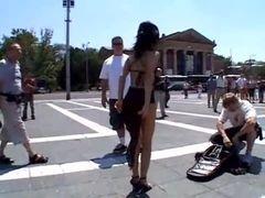 Safada mete no meio da praça mesmo