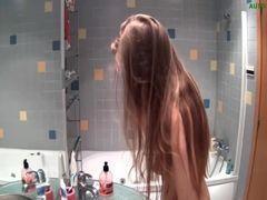 Novinha Linda Grava Vídeo Tomando Banho