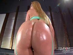 Atriz porno gostosa exibindo sua linda bunda grande e carnuda