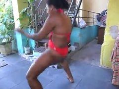 Morena gostosa dançando
