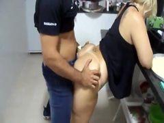 Sexo amador caseiro com esposa liberada fodendo com amante na cozinha