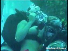 Casal fudendo debaixo da agua
