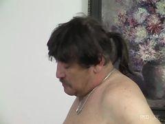 Velho barrigudo fudendo a magrelinha