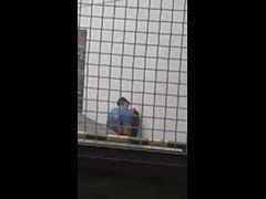 Casal de namorados pego pelo vizinho no flagra trepando atrás do prédio