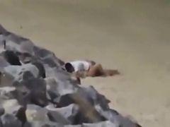 Flagra casal dando uma foda na praia