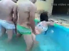 Suruba na piscina com duas novinhas bêbadas vazou na net