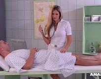 Enfermeira boqueteira transando com o dotado